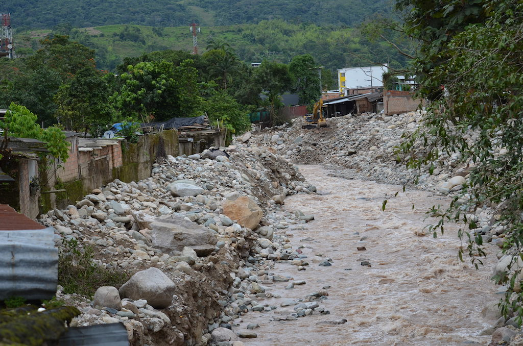 Imagen de Rios enfurecidos cargados de piedras y palos