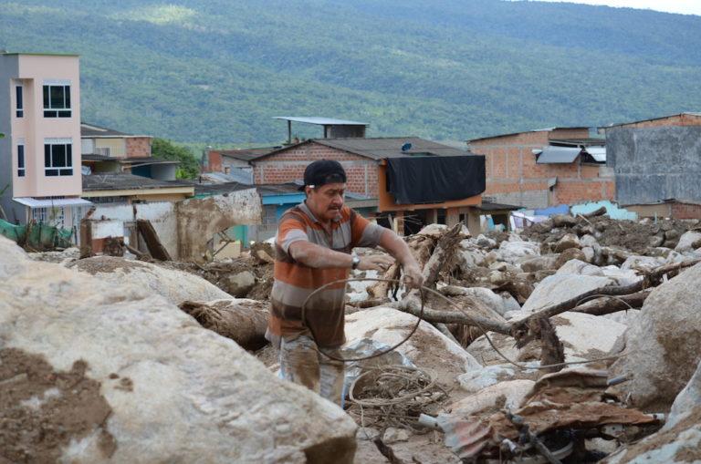Fotografía de Habitante de Mocoa en medio de las ruinas del desastre