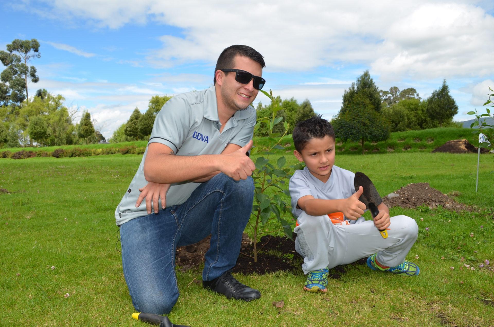 Fotografía de empleado e hijo que participan en el Reto siembra BBVA