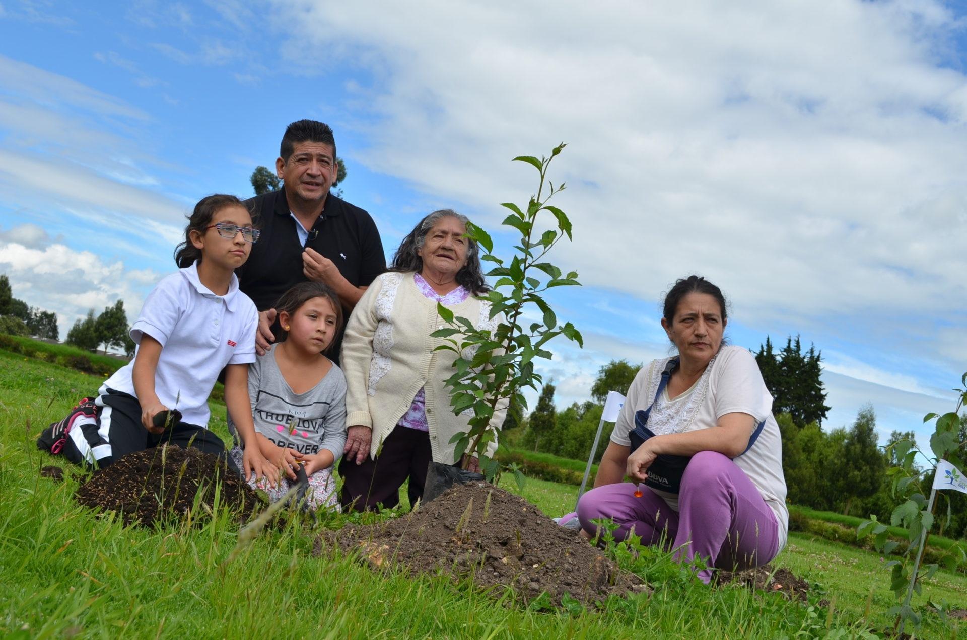 Fotografía de Familia entera participando en el Reto Siembra BBVA