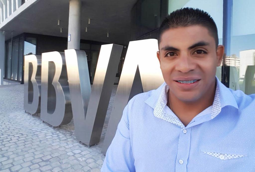 Fotografía del deportista paralímpico, Francisco Sanclemente, patrocinado por BBVA, quien visitó en La Vela