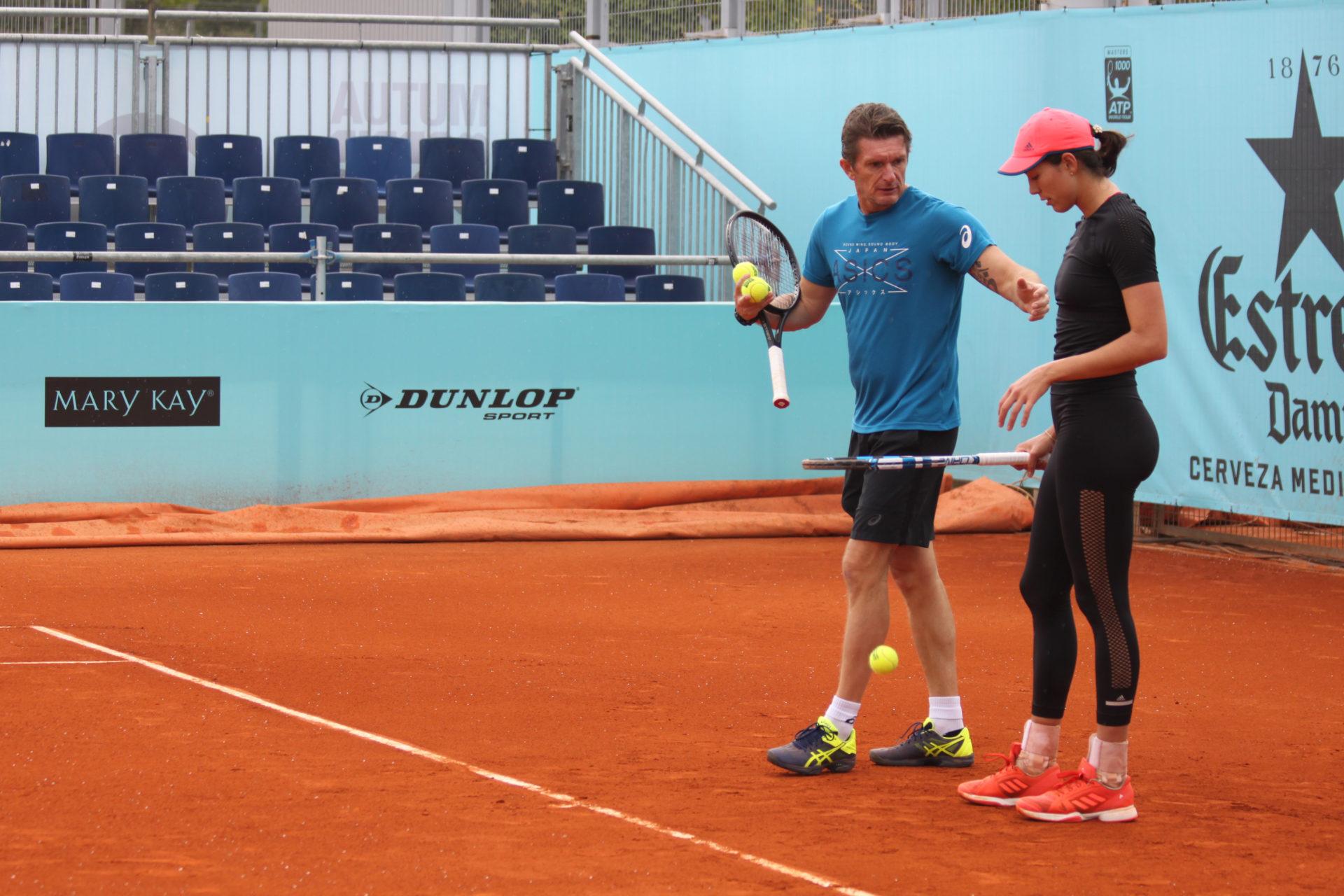 Garbiñe Muguruza y Sam Sumyk en un entrenamiento del Madrid Open