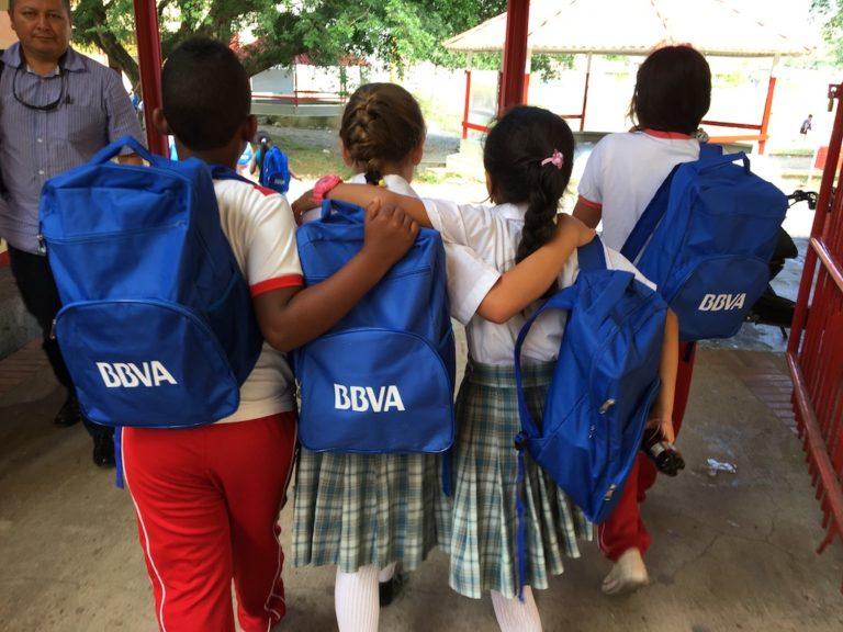 Fotografía de Niños de Mocoa beneficiados con los 4000 morrales que donó BBVA Colombia