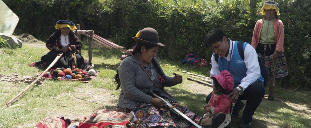 Fotografía de Mujer con asesor de Financiera Confianza, entidad de la FMBBVA en Perú