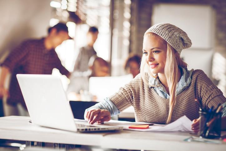 Fotografía de una mujer con ordenador preguntas prestamo personal bbva