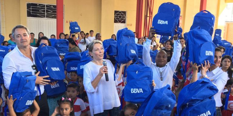 Fotografía de Entrega de kits escolares en Mocoa con el presidente de BBVA Colombia, La primera dama, la ministra de educación y el rector del colegio