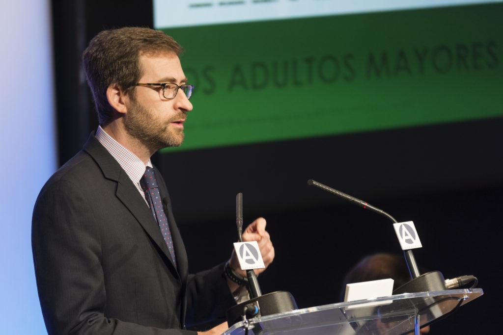 fotografia de Tomas Serebrisky economista banco interamericano desarrollo presentacion casa america bbva