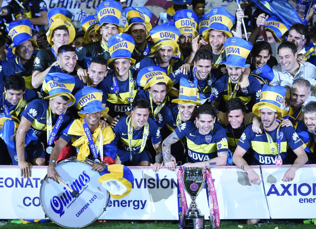 Jugadores de Boca frente al trofeo. BBVA