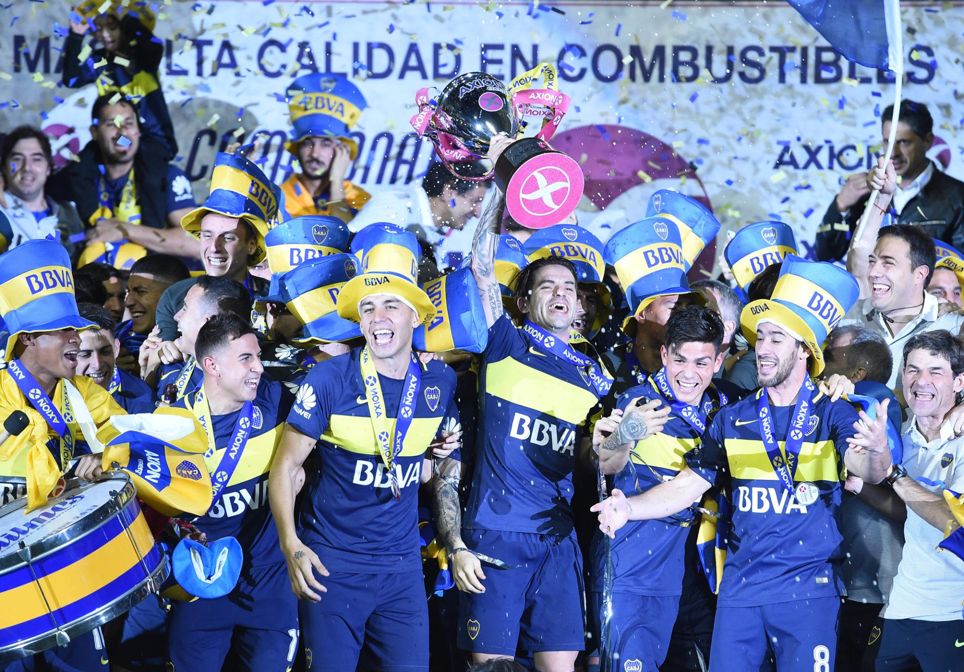 Jugadores de Boca levantan el trofeo. BBVA