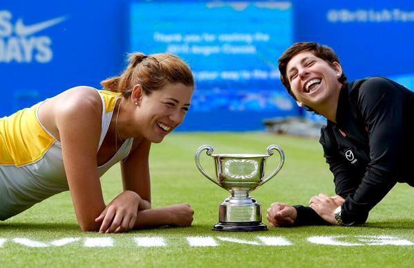 Garbiñe Muguruza y Carla Suárez con la copa de Birmingham