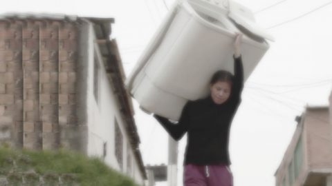 Fotografía de Emprendedora Jessica Hernández cargando una de sus lavadoras