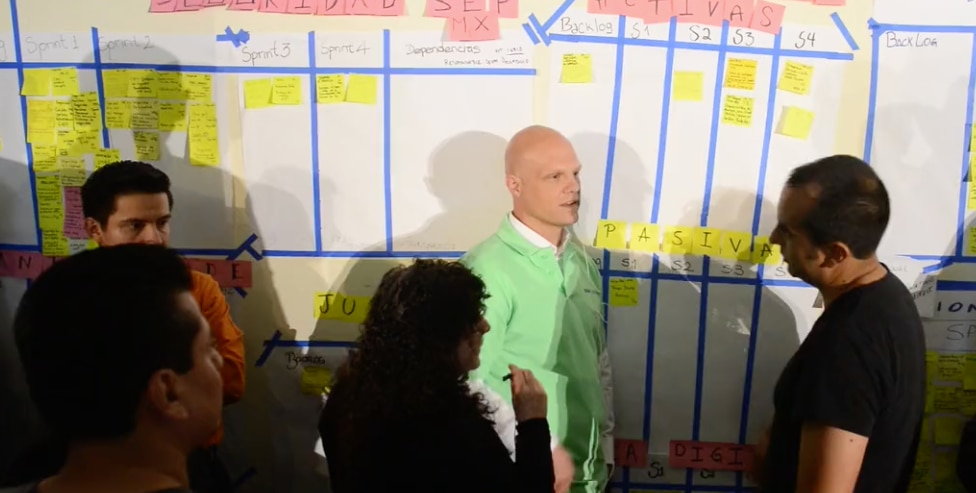 Derek White reponsable de Customer Solutions, platicó con los equipos sobre la importancia de crear cosas increíbles para los clientes.