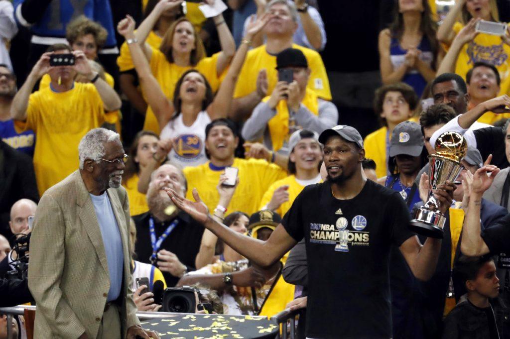 El embajador de BBVA, Kevin Durant recibe el premio de mejor jugador de las Finales de la NBA