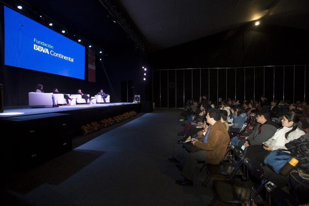 Fotografía del conversatorio sobre la poesía organizado por la Fundación BBVA Continental.