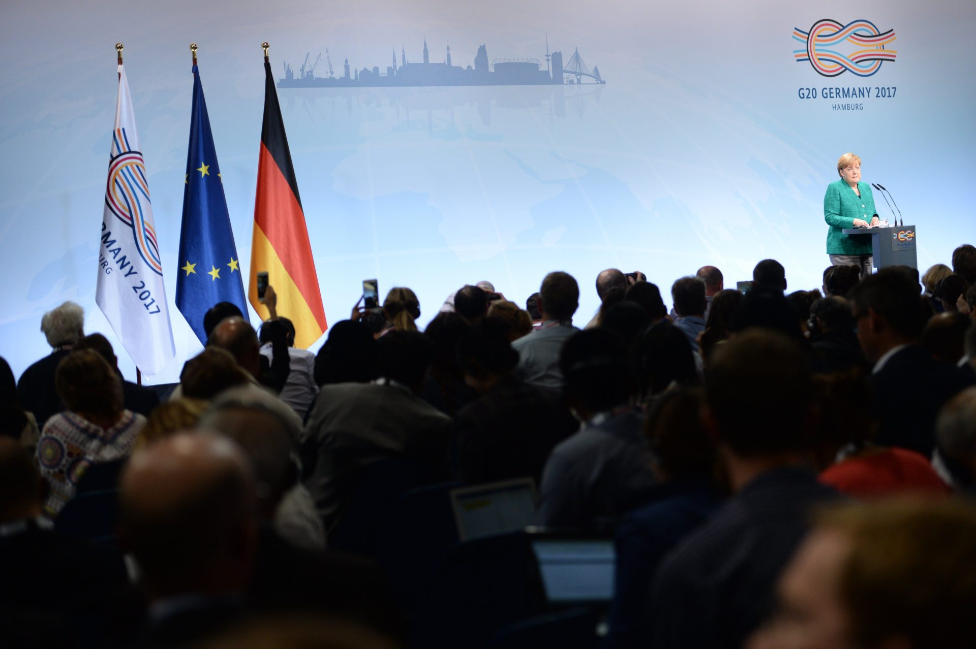Hamburg (Germany), 08/07/2017.- German Chancellor Angela Merkel speaks at the closing press conference of the G-20 summit in Hamburg, Germany, 08 July 2017. The G20 Summit (or G-20 or Group of Twenty) is an international forum for governments from 20 major economies. The summit is taking place in Hamburg from 07 to 08 July 2017. (Hamburgo, Alemania) EFE/EPA/DANIEL KOPATSCH