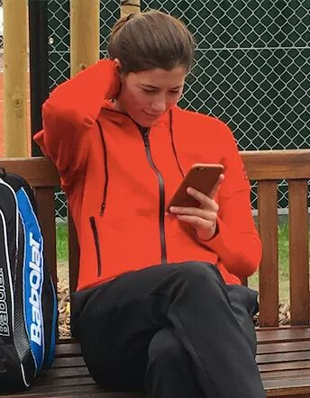 Garbiñe Muguruza con el móvil