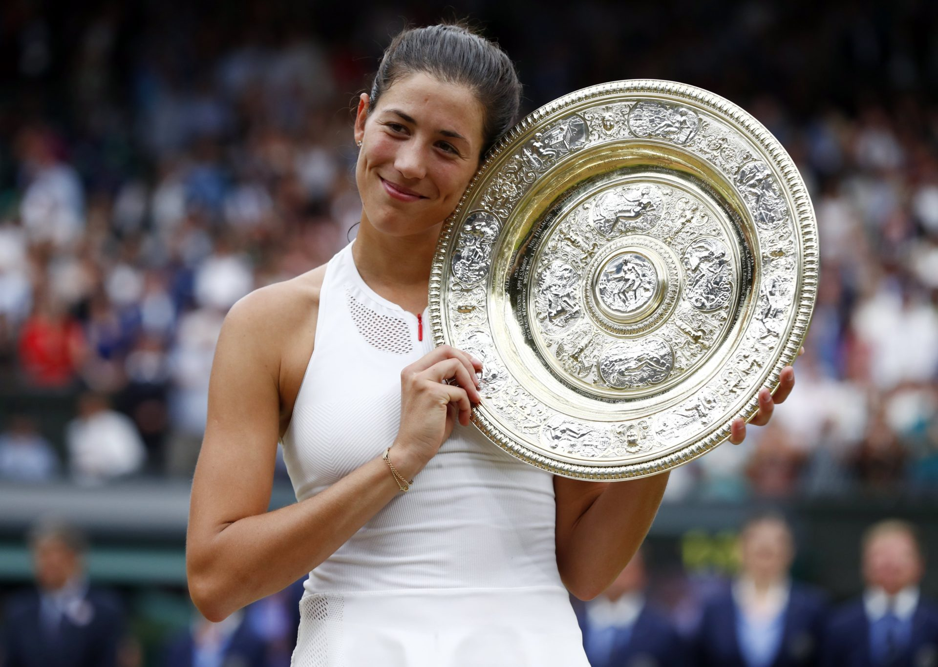 Garbiñe Muguruza posa con el trofeo de campeona de Wimbledon