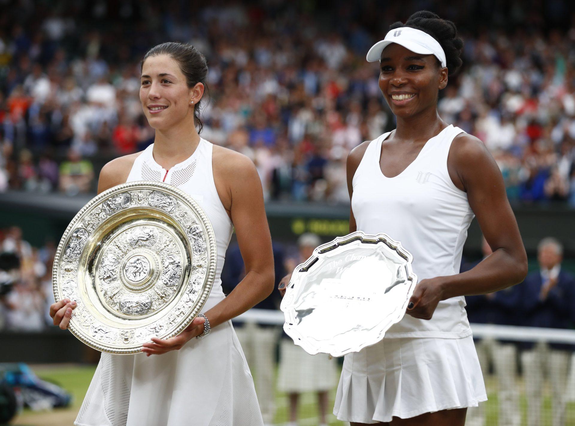 Garbiñe Muguruza posa con el trofeo de campeona de Wimbledon junto a Venus Williams