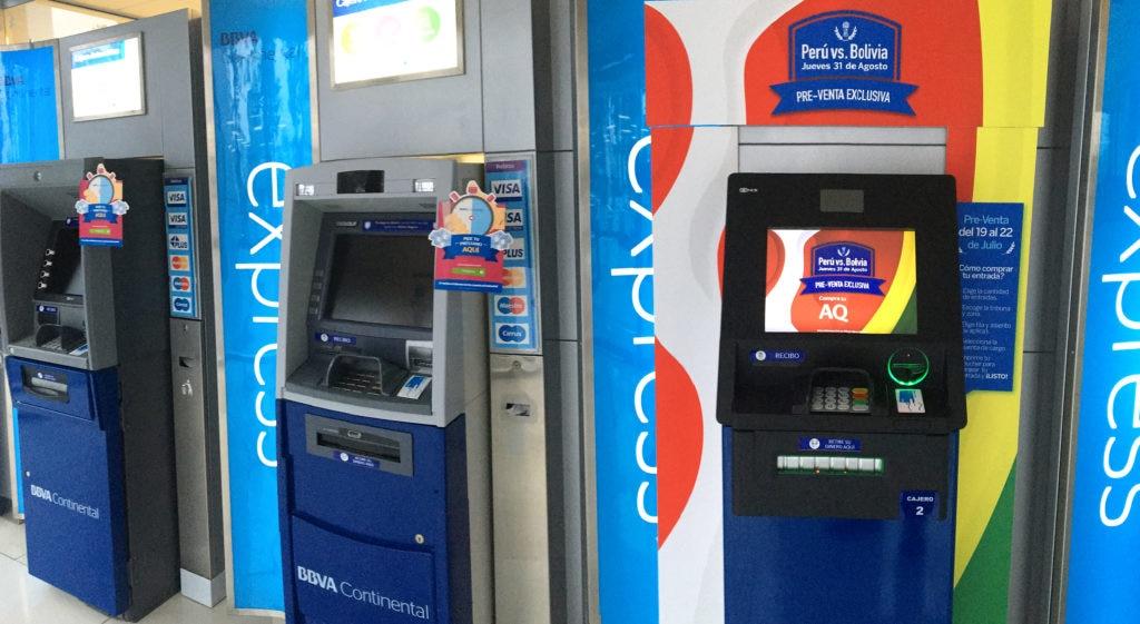 Fotografía de cajeros automáticos de BBVA Continental que venden entradas al fútbol.