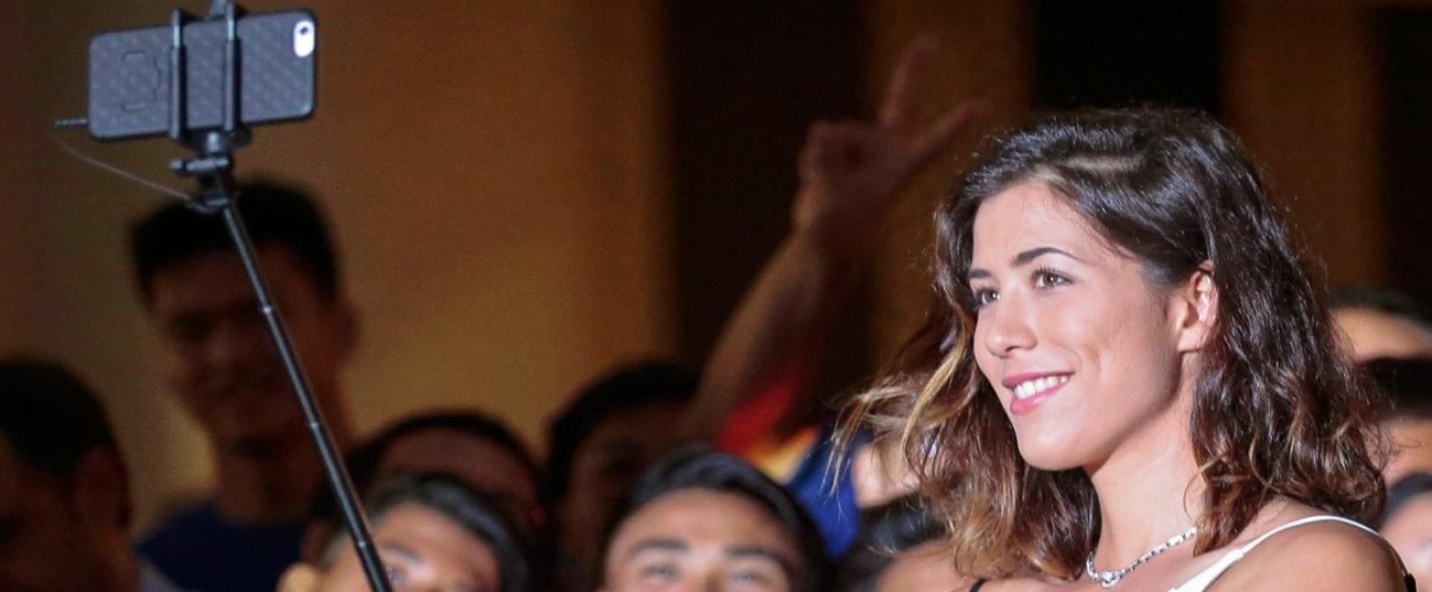 Garbiñe Muguruza, embajadora de BBVA, haciendo un selfie