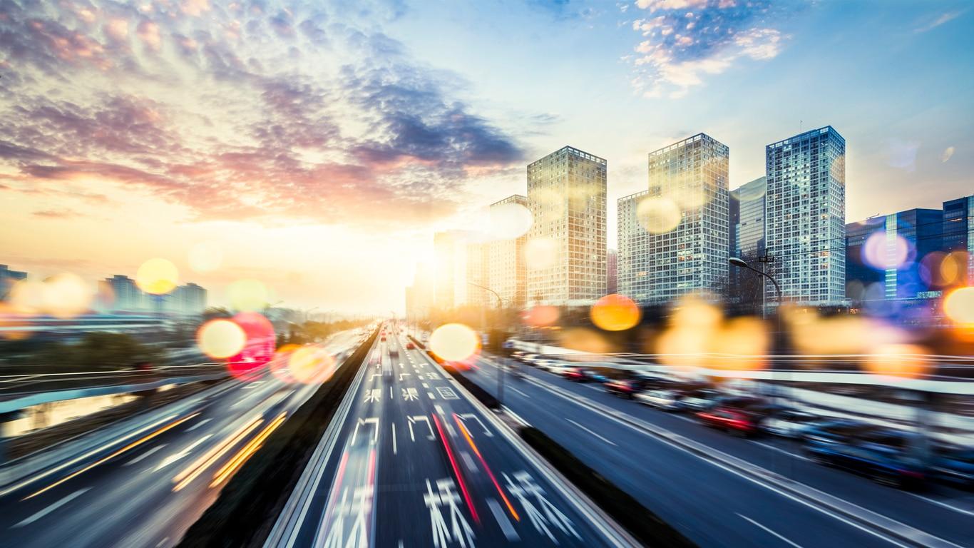carretera atardecer luces coches innovación gps recurso bbva