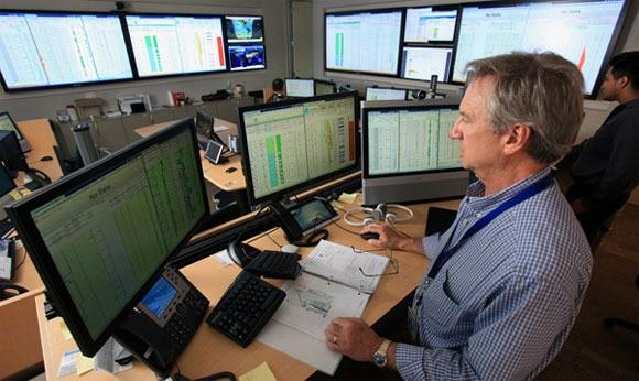 petroleo petrolera datos ordenador hombre pantallas bbva
