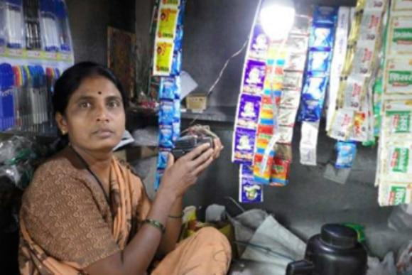 tu_viejo_portatil_podria_iluminar_los_hogares_del_3o_mundo-india-vendedora-callejera-luz-energia-bateria-reciclada-bbva