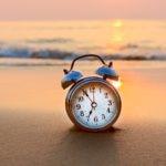 verano-tiempo-descanso-trabajo-vacaciones-reloj-playa-bbva