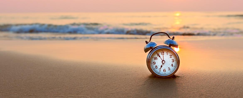 verano-tiempo-descanso-trabajo-vacaciones-reloj-playa-recurso