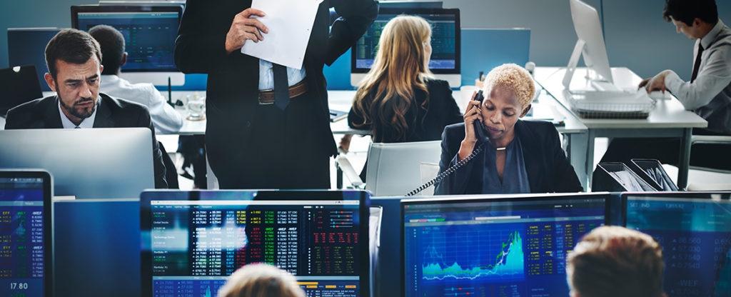 Fotografía de Lugar de trabajo, ordenadores, gráficos de mercado, BBVA