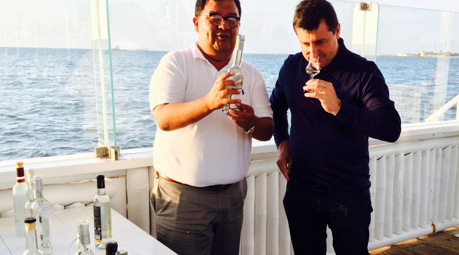 el-productor-de-pisco-jose-moquillaza-muestra-a-josep-roca-diversas-variedades-de-la-bebida-durante-una-cata-de-piscos-bbva