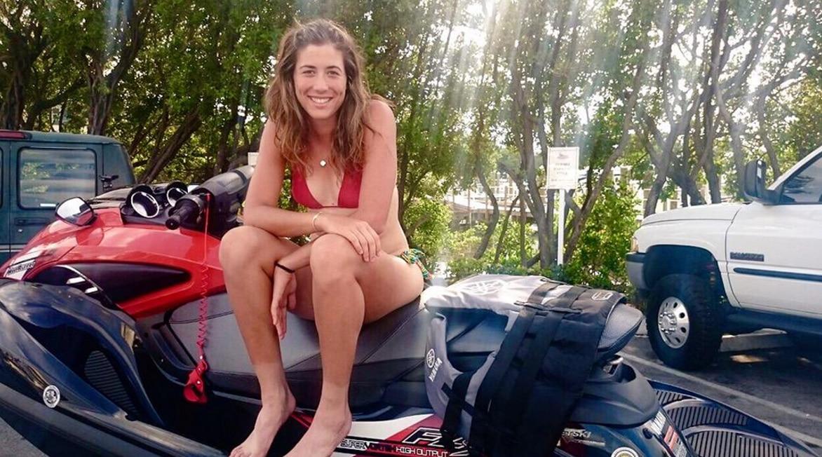 Garbiñe Muguruza sobre una moto acuática