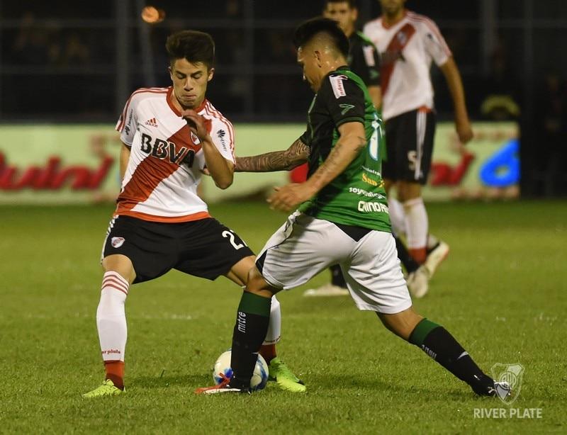 Moya disputa la pelota con un jugador de San Martín