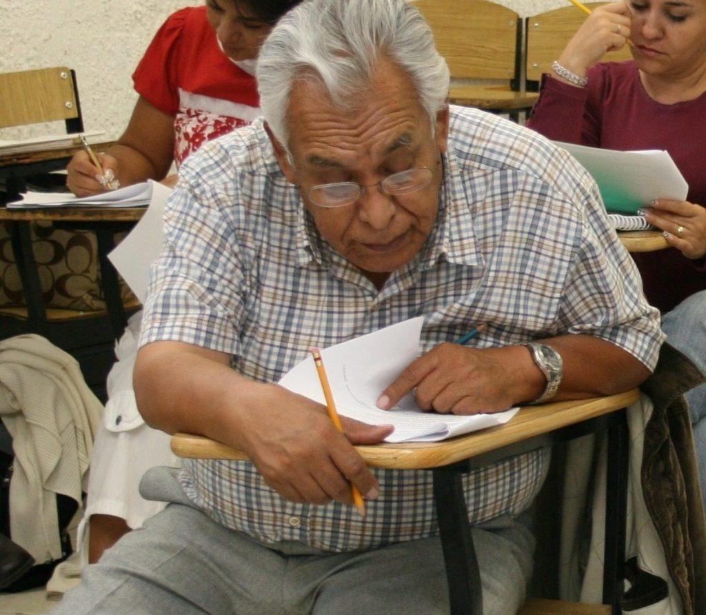 senor-mayor-de-edad-un-pupitre_inea bbva bancomer