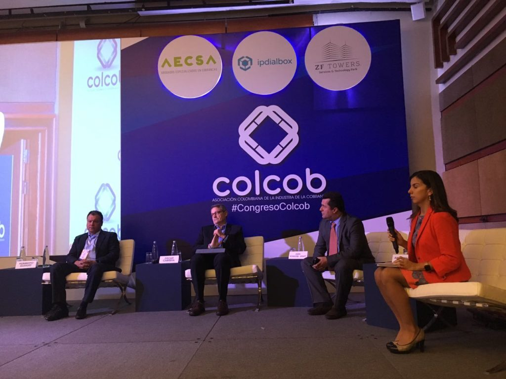 fotografía de Oscar Cabrera y panelistas Congreso Colcob