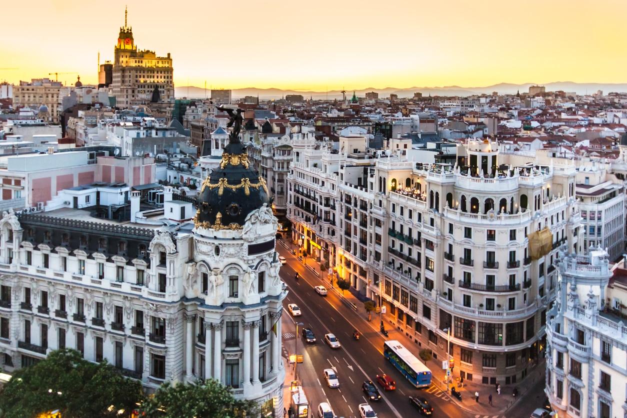 gran-via-eidifico-metropoli-atardecer-alcalá-madrid-calle-arquitectura-bbva