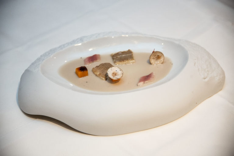Anguila con horchata de otoño, calabaza asada, arrope de miel y calabaza y gel de limón