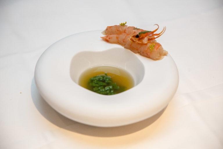 Consomé de gamba con anémona, gamba de Denia marinada en vinagre de algas y atún seco