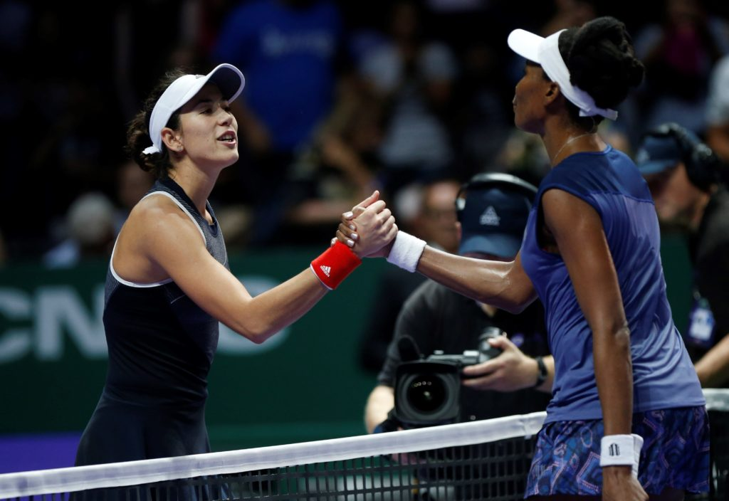 Garbiñe Muguruza felicita a Venus Williams tras el partido