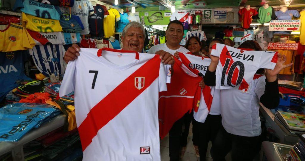 Fotografía de aficionados peruanos con camisetas de su selección. BBVA Research