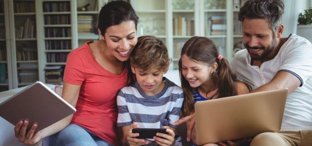familia-tablet-movil-ordenador-internet-bbva