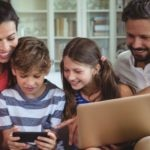 familia-tablet-movil-ordenador-internet-bbva
