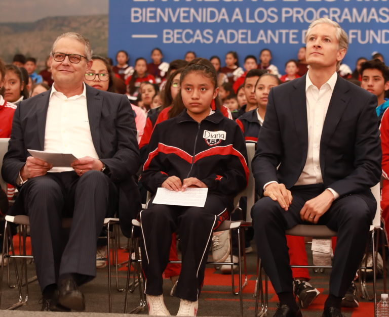 Luis Robles escuchando a Padrino Fundacion Bancomer
