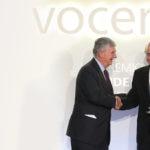 El presidente de BBVA, Francisco González, recoge el Premio Vocento Liderazgo Empresarial