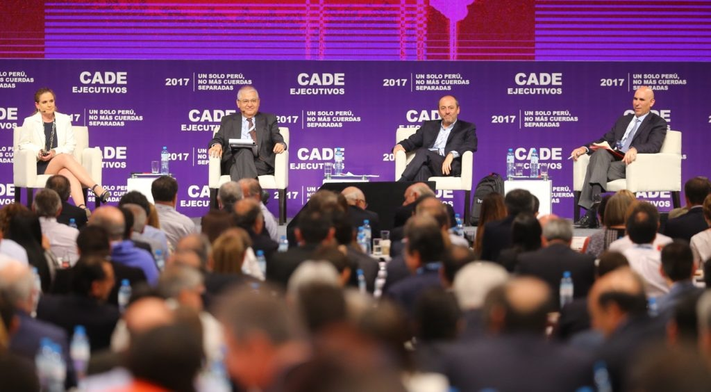 """Fotografía del panel """"Inversión y competitividad para reforzar el crecimiento"""" en CADE 2017."""