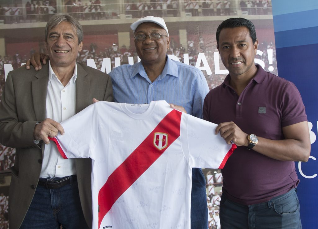 Fotografía de Germán Leguía, José Velásquez y Nolberto Solano, protagonistas del conversatorio sobre el Mundial organizado por BBVA Continental.