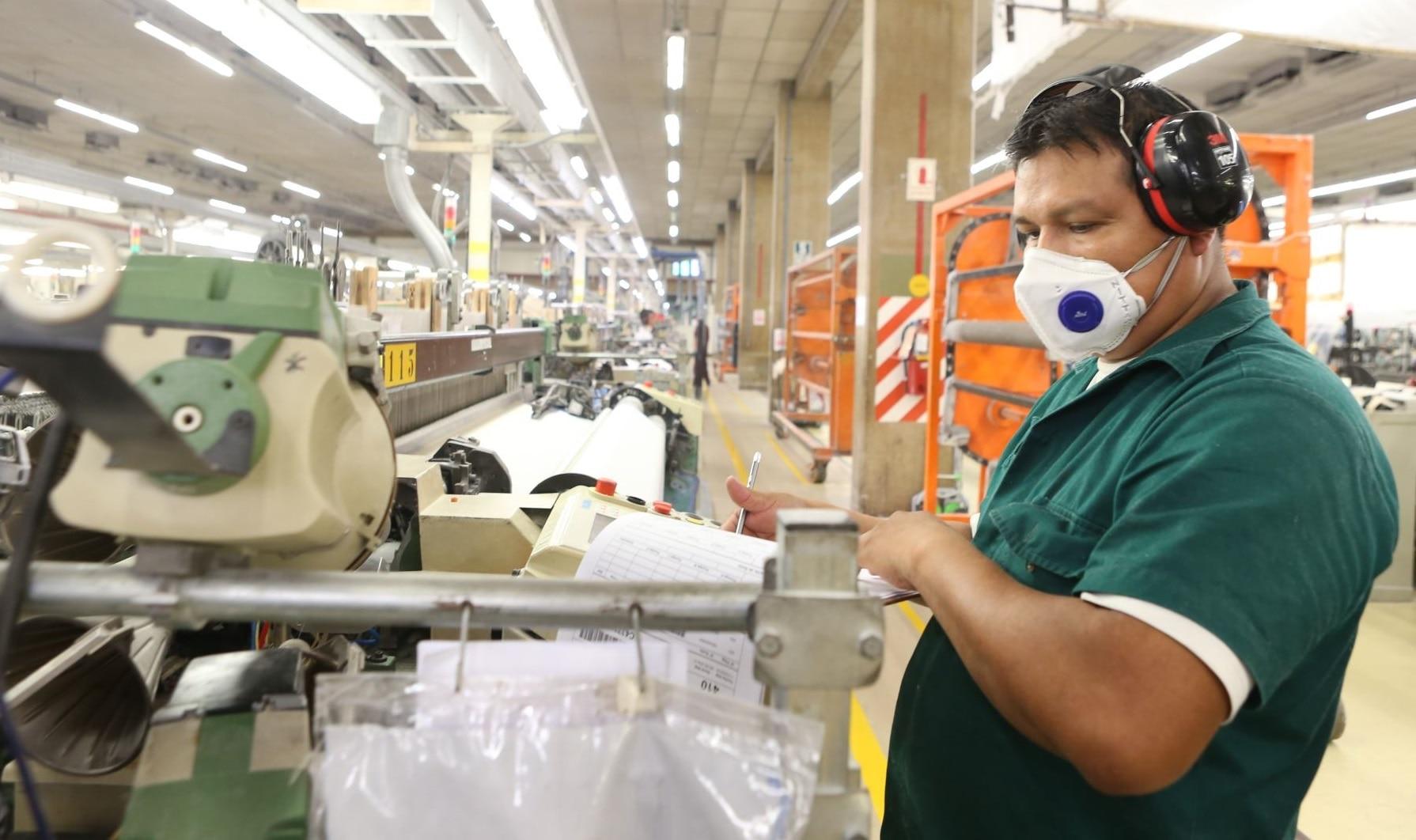 Foto de trabajador de manufactura en Perú. BBVA Research