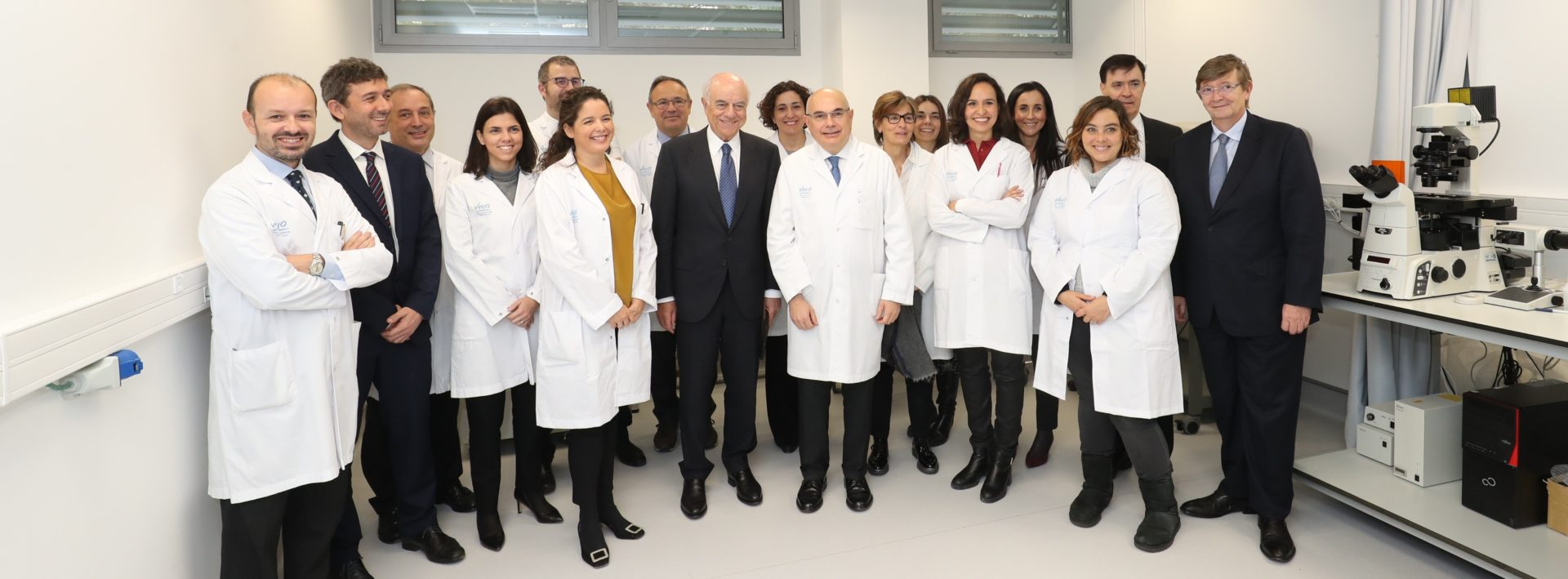 Francisco González, presidente de la Fundación BBVA, y Josep Tabernero, director del Valll d'Hebron Instituto de Oncología, junto a varios miembros del Programa Integral de Inmunoterapia e Inmunología del Cáncer