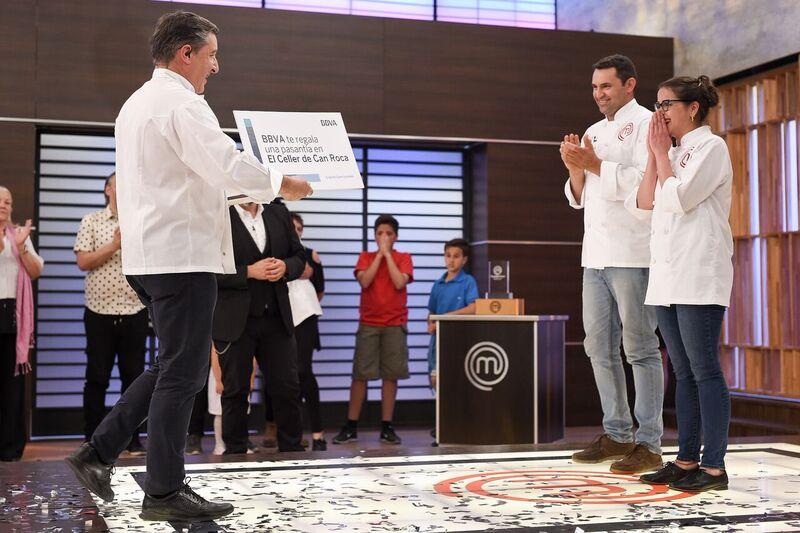 Joan Roca entrega el premio a la ganadora de Masterchef Uruguay