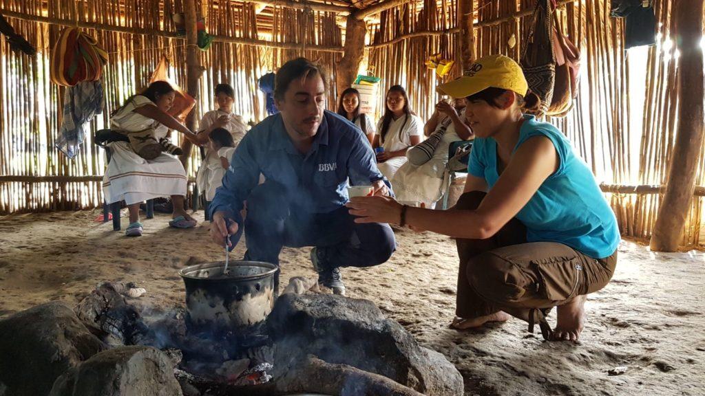 Jordi Roca y Mayumi Ogata preparan chocolate en un poblado arhuaco